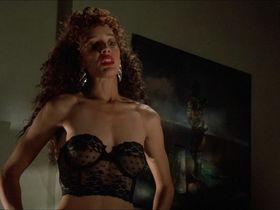 Дженнифер Билз секси, Кейси Леммонс голая - Поцелуй вампира (1989)