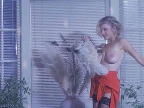 Зои Триллинг голая, Лесли Дин голая - Служить и защищать (1992)