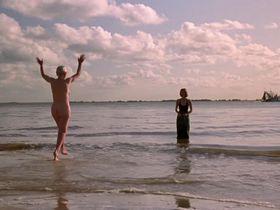 Бриджит Фонда голая, Джессика Тэнди голая - Камилла (1994)