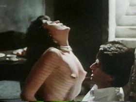 Мария Кончита Алонсо голая - Кровные узы (1986)