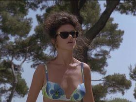 Кэтрин Зета-Джонс голая — Перепутанные наследники (1993) #2