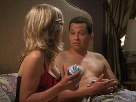 Кортни Торн-Смит секси - Два с половиной человека s08e01 (2010) #4