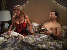 Кортни Торн-Смит секси - Два с половиной человека s08e01 (2010) #8