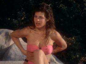 Тери Вейгель голая, Вики Бенсон голая - Лагерь девушек-болельщиц (1988) #5