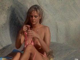 Тери Вейгель голая, Вики Бенсон голая - Лагерь девушек-болельщиц (1988) #9