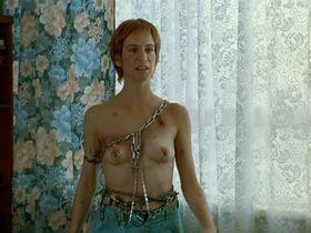 Саския Ривз голая, Аманда Пламмер голая - Поцелуй бабочки (1995)