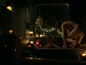 Эмили Бетт Рикардс секси, Яна Винтерниц голая, Aschleigh Jensen голая - Смешная история (2018)