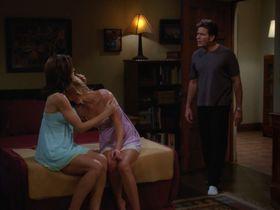 Дженнифер Бини Тейлор секси, Триша Хелфер секси - Два с половиной человека s07e08 (2009) #2