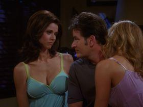 Дженнифер Бини Тейлор секси, Триша Хелфер секси - Два с половиной человека s07e08 (2009) #8