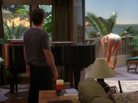 Дженнифер Бини Тейлор секси, Триша Хелфер секси - Два с половиной человека s07e08 (2009) #9