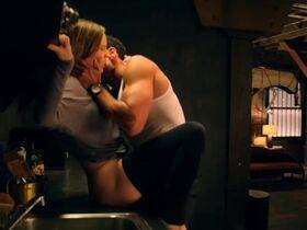 Хилари Суэнк секси - Опасный соблазн (2020)