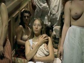 Изильд Ле Беско голая, Эмили Декенн секси - Похитительница (2005) #6