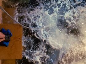 Саффрон Берроуз секси, Эринн Бартлетт секси, Сабрина Гиринккс секси - Глубокое синее море (1999) #12