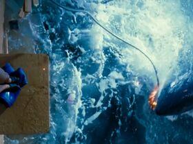 Саффрон Берроуз секси, Эринн Бартлетт секси, Сабрина Гиринккс секси - Глубокое синее море (1999) #14