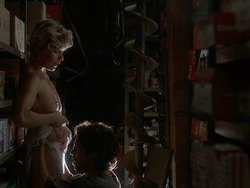 Кейт Вернон голая, Криста Бриджес секси - Кровные узы (1995) #14