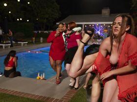 Эйми Тигарден секси, Лили Дрю Детуайлер голая, Шарлотта МакКинни секси, Лиз Кац голая - Гостевой дом (2020) #8