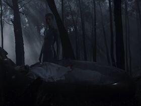 Аманда Коллин секси - Воспитанные волками s01e04 (2020) #2