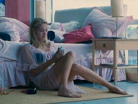 Кэтрин Кинер голая, Элизабет Беркли секси, Бриджит Уилсон голая - Настоящая блондинка (1997) #24