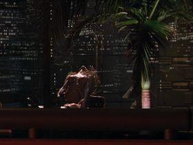 Тери Вейгель голая — Хищник 2 (1990)