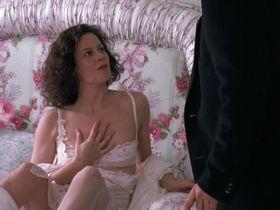 Сигурни Уивер секси — Деловая женщина (1988) #2